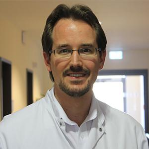 Dieses Bild zeigt ein Portrait von Herrn Dr. med. Matthias Broll.
