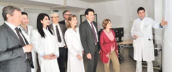 Dieses Bild zeigt Prof. Dr. Dominik Denschlag bei einer Präsentation. Die Menge an Zuhörern setzt sich aus acht Personen zusammen.