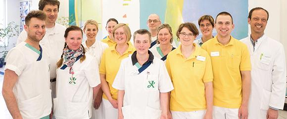 Dieses Bild zeigt das Team der Geriatrie. Zu sehen sind 13 Personen.