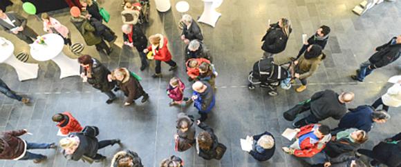 Dieses Bild zeigt eine Menschenmenge während einer Veranstaltung aus der Vogelperspektive.