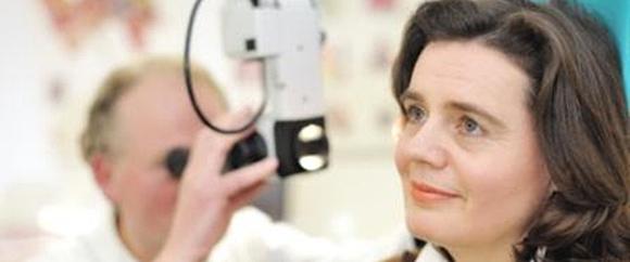 Dieses Bild zeigt Dr. med. Rolf Bettinger bei der HNO-Untersuchung einer Patientin.