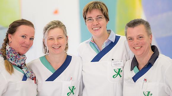 Dieses Bild zeigt das Pflegeteam der Geriatrie. Zu sehen sind vier Damen.