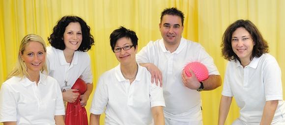 Dieses Bild zeigt das Team der Physiotherapie Bad Homburg. Zu sehen sind fünf Personen, darunter die Leiterin Ute Kehnel.