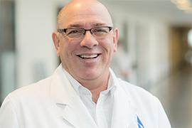 Dieses Bild zeigt ein Portrait von Herrn Dr. Daniel Rosenthal.