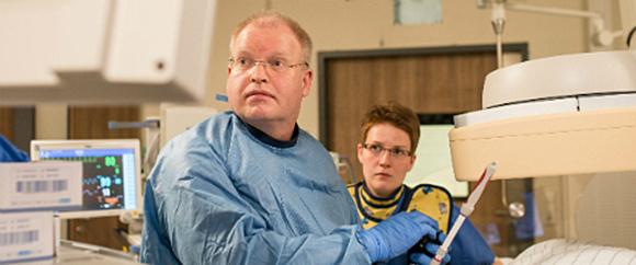 Dieses Bild zeigt Dr. med. Stefan Heringlake und eine weitere Fachkraft in einem Operationssaal.