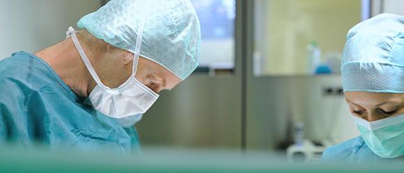 Dieses Bild zeigt Dr. Sasa-Marcel Maksan und eine weitere Fachkraft während einer Operation.