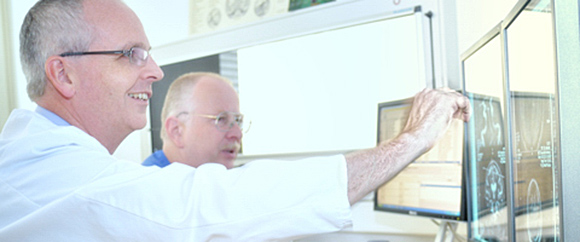 Dieses Bild zeigt Dr. med. Andreas Dietz und eine weitere Fachkraft bei der Arbeit in der Neurologie.