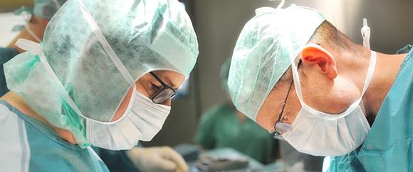Dieses Bild zeigt zwei Ärzte der Allgemein- & Viszeralchirurgie während einer Operation.