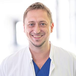 Dieses Bild zeigt ein Portrait von Herrn Dr. med. Maximilian Reus.
